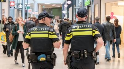 صورة شرطة هولندية تتجول بالشارع