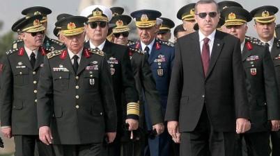 الرئيس التركي مع ضباط أتراك