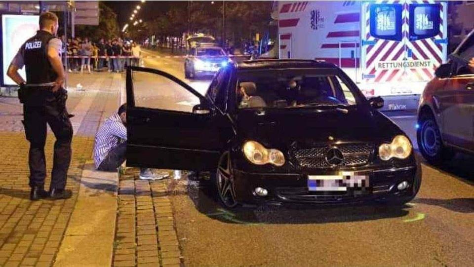 المانيا شاب يقود سيارة ويصدم طفل