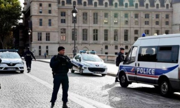 طعن في باريس
