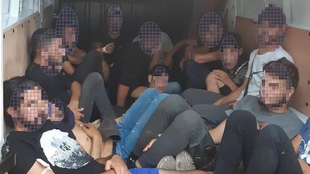 ضبط لاجئين سوريين في شاحنة